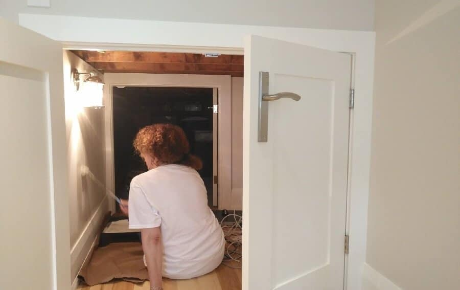 Painter with attention to detail in a closet